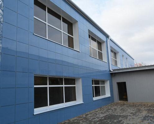синий вентфасад на производстве